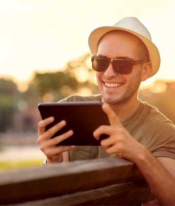 hombre sosteniendo un iPad
